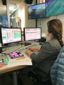 Am Kommandopult zieht sie die Fäden der Sendung: Kerstin van Kalckreuth (Bild: ©Hans Neuhaus)
