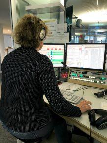 Fährt die Sendung: Technikerin Johanna Tüllmann (Bild: ©Hans Neuhaus)