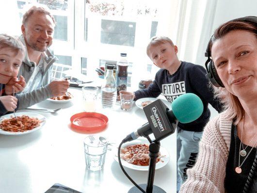 Charivari-Moderatorin Jenny Jung kann ihre Sendung zu Hause mit Familie gestalten. (Bild: Funkhaus-Nürnberg)