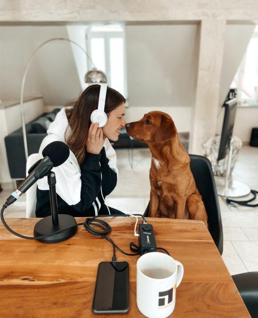 N1-Morgenmoderatorin Lisa Mai sendet von zu Hause aus mit ihrer Hündin Amy. (Bild: Funkhaus-Nürnberg)