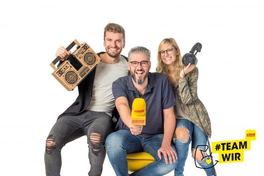 Der #teamwir-Song feierte heute Premiere bei den Antenne Muntermachern in der Steiermark: Thomas Seidl, Thomas Axmann, Chrisi Klug (Bild: Jörgler)