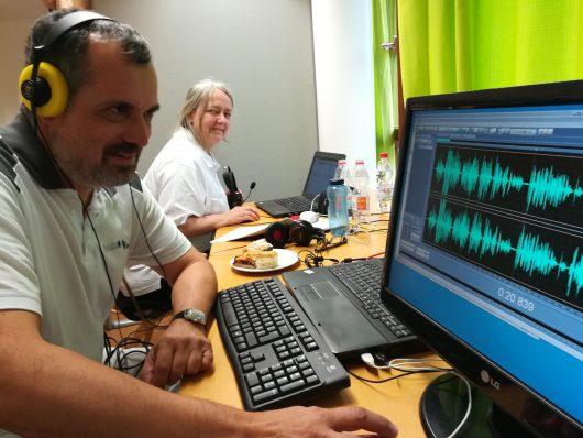 Rainer DF2NU und Eva-Maria DG9MFG beim Abmischen einer Sendung