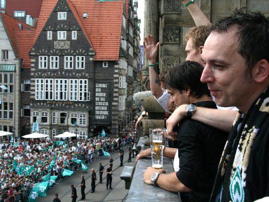 Arnd Zeigler 2009 mit Werder auf dem Rathausbalkon (Bild: ©Radio Bremen/Martin von Minden)
