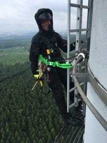 ams-Techniker Mario Schömitz bei der Arbeit in luftiger Höhe (Bild: ©ams)