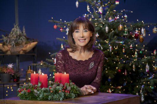 Sabine Sauer in der Weihnachtsdecko der Sendung Wir in Bayern (Bild: BR Martina Bogdahn)
