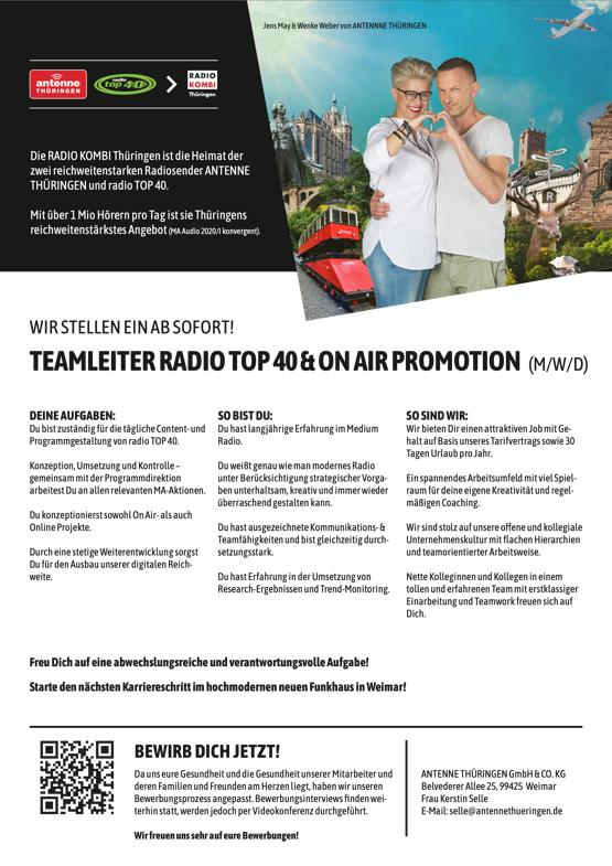 Jens May & Wenke Weber von ANTENNNE THÜRINGEN Die RADIO KOMBI Thüringen ist die Heimat der zwei reichweitenstarken Radiosender ANTENNE THÜRINGEN und radio TOP 40. Mit über 1 Mio Hörern pro Tag ist sie Thüringens reichweitenstärkstes Angebot (MA Audio 2020/I konvergent). WIR STELLEN EIN AB SOFORT! TEAMLEITERRADIOTOP40&ONAIRPROMOTION (M/W/D) DEINE AUFGABEN: Du bist zuständig für die tägliche Content- und Programmgestaltung von radio TOP 40. Konzeption, Umsetzung und Kontrolle – gemeinsam mit der Programmdirektion arbeitest Du an allen relevanten MA-Aktionen. Du konzeptionierst sowohl On Air- als auch Online Projekte. Durch eine stetige Weiterentwicklung sorgst Du für den Ausbau unserer digitalen Reich- weite. SO BIST DU: Du hast langjährige Erfahrung im Medium Radio. Du weißt genau wie man modernes Radio unter Berücksichtigung strategischer Vorga- ben unterhaltsam, kreativ und immer wieder überraschend gestalten kann. Du hast ausgezeichnete Kommunikations- & Teamfähigkeiten und bist gleichzeitig durch- setzungsstark. Du hast Erfahrung in der Umsetzung von Research-Ergebnissen und Trend-Monitoring. SO SIND WIR: Wir bieten Dir einen attraktiven Job mit Ge- halt auf Basis unseres Tarifvertrags sowie 30 Tagen Urlaub pro Jahr. Ein spannendes Arbeitsumfeld mit viel Spiel- raum für deine eigene Kreativität und regel- mäßigen Coaching. Wir sind stolz auf unsere offene und kollegiale Unternehmenskultur mit flachen Hierarchien und teamorientierter Arbeitsweise. Nette Kolleginnen und Kollegen in einem tollen und erfahrenen Team mit erstklassiger Einarbeitung und Teamwork freuen sich auf Dich. Freu Dich auf eine abwechslungsreiche und verantwortungsvolle Aufgabe! Starte den nächsten Karriereschritt im hochmodernen neuen Funkhaus in Weimar! BEWIRB DICH JETZT! Da uns eure Gesundheit und die Gesundheit unserer Mitarbeiter und deren Familien und Freunden am Herzen liegt, haben wir unseren Bewerbungsprozess angepasst. Bewerbungsinterviews finden wei- terhin statt, werden jedoch per Vi
