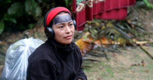 Radiomacherin Mariana Canelos hört sich ein Interview an, das sie mit einer Achuar-Frau geführt hat (Bild: ©ZDF/Berndt Welz)