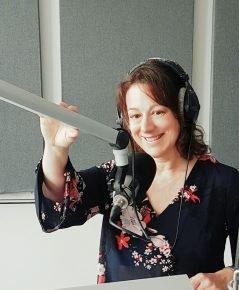 Moderatorin Sylvia Kunert im Radiostudio (Bild: privat)