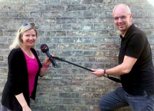 Auf Abstand - aber nur körperlich: die Radio WAF-Frühmoderatorin Ina Atig (li.) und Kollege Markus Bußmann (re.) (Bild: ©Radio WAF)