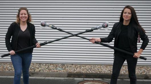 Auf Abstand, aber nur körperlich...: die Radio Hochstift- Frühmoderatorinnen Sinah Donhauser (r.) und Dania Tölle (l.). (Bild: ©Radio Hochstift)