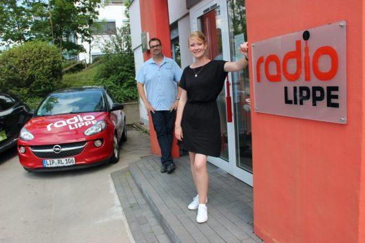 117.000 Menschen hören jeden Tag Radio Lippe mit den Frühmoderatoren Tim Schmutzler (li.) und Mara Wedertz (re.).