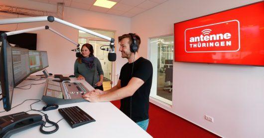 Studio mit Moderatoren (Bild: ©Steffen Riese/ANTENNE THÜRINGEN)
