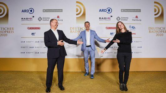 Steffen Jenter und Barbara Kostolnik von B5 aktuell mit Laudator Dirk Steffens (Mitte) (Bild: ©Deutscher Radiopreis)
