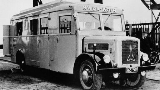 Einer der ersten Hörfunk-Übertragungswagen des NWDR ca.1950 im Duisburger Hafen. (Bild: ©WDR/Stadt Duisburg)