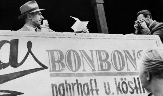 Reporter Bernhard Ernst bei der Arbeit; hier berichtet er für den NWDR Köln über das Fußballspiel der Mannschaft des NWDR gegen das Team aus Gelsenkirchen-Buer im August 1948. (Bild: ©WDR)