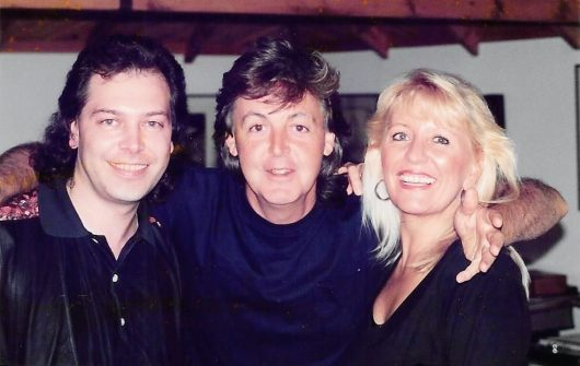 Christian Simon und seine Frau Monica mit Paul McCartney in Sussex (Bild: ©Privatarchiv Christian Simon)