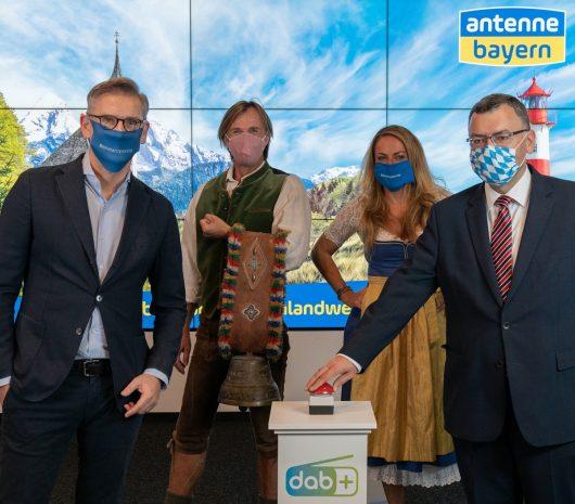 Staatsminister Dr. Florian Hermann (rechts) mit Geschäftsführer Felix Kovac (links) sowie Wolfgang Leikermoser und Indra beim DAB+-Start im Sendezentrum von ANTENNE BAYERN)