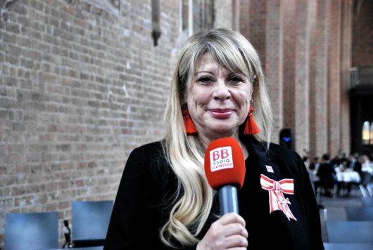 Katrin Helmschrott mit Verdienstorden (Bild: Kerstin Stooff/BB RADIO)