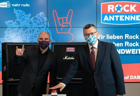 StaatsministerDr. Florian Hermann (rechts) mit ROCK ANTENNE Programmgeschäftsführer Guy Fränkel beim DAB+ Start im Sendezentrum in Ismaning bei München.