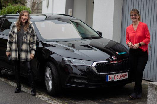 Morgenmoderatorin Louisa Lou (links) übergab Claudia Hönig aus Fürth-Stadeln ihren neuen Scoda Octavia Combi im Wert von rund 35.000 Euro. (Bild: ©Funkhaus Nürnberg/98.6 charivari)