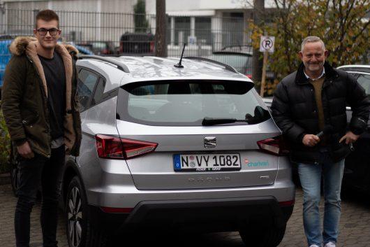 Morgenmoderator Christof Öhm (rechts) übergab Lukas Hitl aus Zirndorf seinen neuen Seat Arona im Wert von fast 20.000 Euro. (Bild: ©Funkhaus Nürnberg/98.6 charivari)