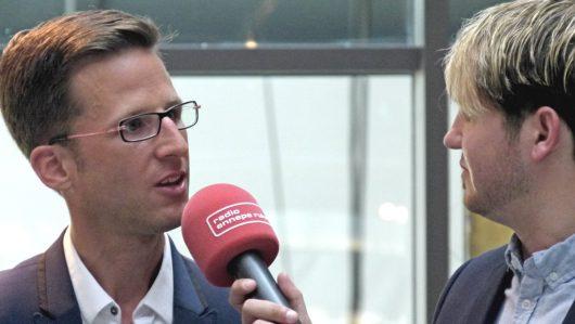 Andreas Wiese (l.) im Gespräch mit Jan Schule (r.) während der Feier zum 25. Geburtstag von Radio Ennepe Ruhr in der Gebläsehalle in Hattingen (Bild: ©M. Schirmer)