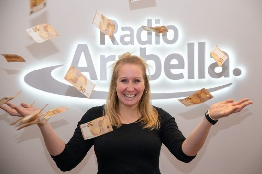 Arabella Morgenmoderatorin Anja Mikolajczyk freut sich auf glückliche Gewinner. (Bild: ©Radio Arabella)