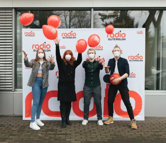 Feiern ihren Sender als Nummer 1 in NRW: Die Radio Gütersloh-Moderatoren (v.l.n.r.) Leslie Runde, Tanina Rottmann, Christopher Deppe und Marvin Konrad (Bild: ©ams)