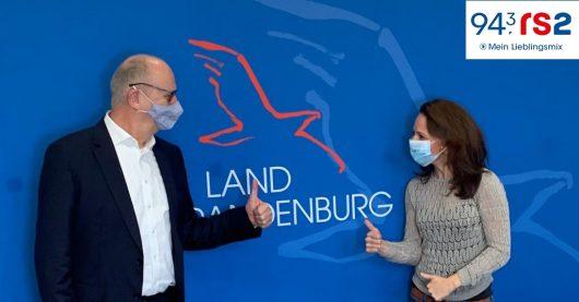 943rs2-Brandenburg-Reporterin Stefanie Fiedler mit Dietmar Woidke (Bild: ©rs2)
