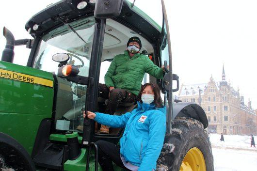 Radio Brocken Moderatorin Amrei Gericke wird mit Traktor zum Sender gefahren (Bild: ©Radio Brocken)