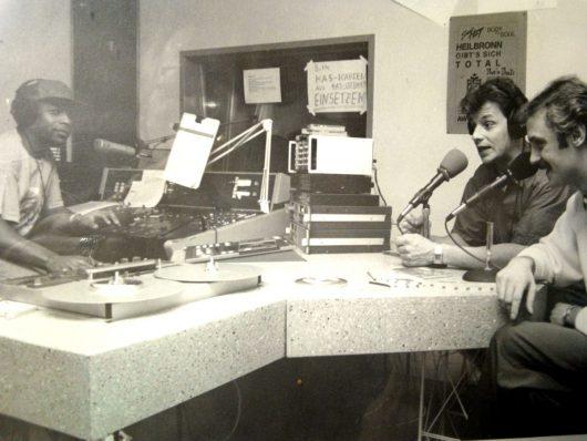 """Stadtradio Heilbronn 1990: Das Team der """"American-Music-Radioshow"""": Jürgen Schmid, Jürgen Frahne, Marvin """"Candy"""" Downs (v.r.n.l.)"""
