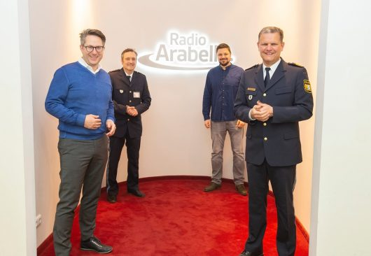 Radio Arabella Geschäftsführer Till Coenen/Polizeisprecher Ronny Ledwoch/Radio Arabella München-Chef Benjamin Kühnel/ Münchner Polizeipräsident Thomas Hampel (Bild: ©Radio Arabella)
