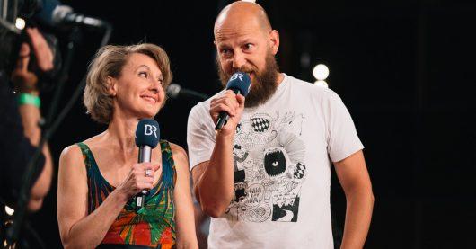 Dagmar Golle mit Moderator und Musiker Sebastian Horn (Bild: © BR/Lisa Hinder)