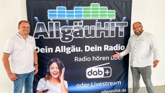 Marcus Baumann und Thomas Häuslinger präsentieren das neue AllgäuHIT-Logo