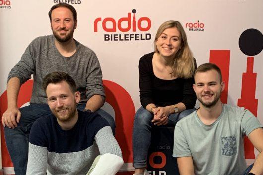 Das Frühteam von Radio Bielefeld ist happy über  Platz 1 in NRW: Sebastian Wiese (links oben) und Timo Teichler (links unten) sowie Friederike Hoffmann (rechts oben) und Jonas Becker (rechts unten) (Bild: ©Radio Bielefeld)