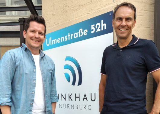 Funkhaus-Geschäftsführer Alexander Koller (rechts) und Programmchef Flo Kerschner können tolle Einschaltquoten feiern. (Bild: ©Funkhaus Nürnberg)