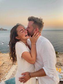 Völlig überraschend bekam 98.6 charivari-Moderatorin Louisa Lou auf Ibiza einen Hei- ratsantrag von ihrem Freund Ludwig. (Bild: Privat)