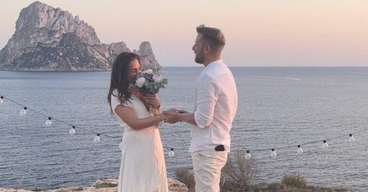 Vor der magischen Insel Es Vedrà auf Ibiza wurde 98.6 charivari-Moderatorin Louisa Lou mit einem Heiratsantrag von ihrem Freund Ludwig überrascht. (Bild: Privat)