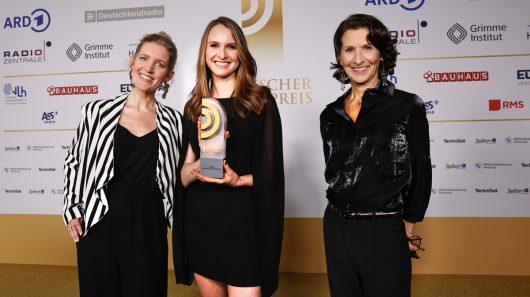 Gina Thoneick und Carolin Wöhlert von N-JOY mit Laudatorin Antonia Rados. (Bild: ©Deutscher Radiopreis/Morris Mac Matzen)