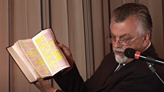 Bob.Enyart liest aus der Bibel (Bild: KGOV.com/YouTube)